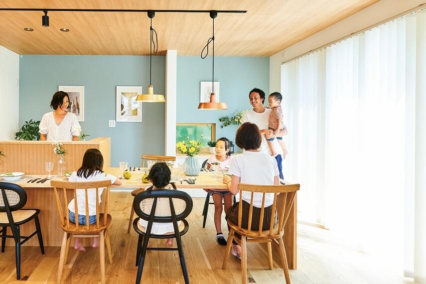 キッチン 【広々カウンターのバールスタイル】  ダイニングテーブルとして使える大型カウンターをキッチンにつなげたバールスタイル。配膳も楽々できる近さです。※号棟により採用状況が異なります。※写真はイメージです。