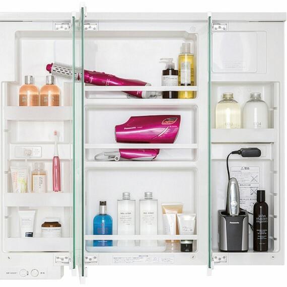 【すっきり家電収納】  三面鏡の中は、小物の収納が可能なキャビネットに。コンセント付きで、充電をしながら収納することもでき、洗面台まわりのキレイを保ちます。※写真はイメージです。