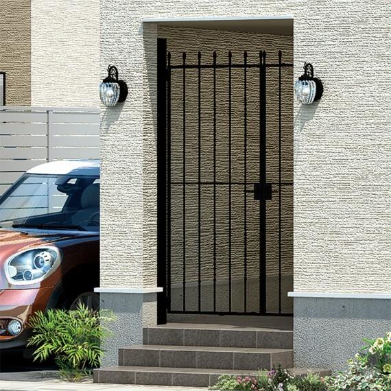 玄関 【洗練さを演出するアイアン門扉】  エレガントなデザインで我が家の玄関を装うアイアン門扉。上質で洗練された表情が家族やゲストを迎えます。※画像はイメージです。