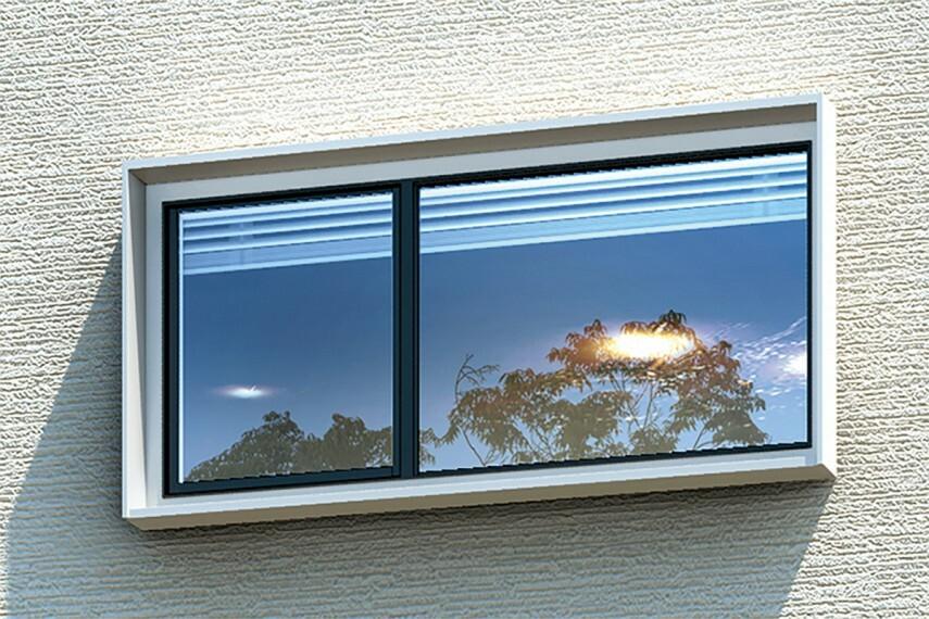 【陰影を生むキューブシェード】  窓におしゃれなアクセントを添える、陰影が美しいキューブシェードを採用。造形に魅力を添えながら雨風を防ぎます。※画像はイメージです。