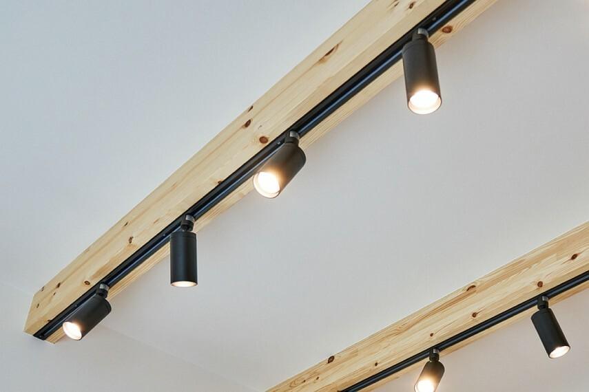 居間・リビング 【空間をデザインする天井化粧梁】  リビング・ダイニングの天井の一部に化粧梁を設置。天井の高さが際立ち、木目の美しさや温もりに癒される空間を演出します。※照明器具はお客様手配です。※写真はイメージです。