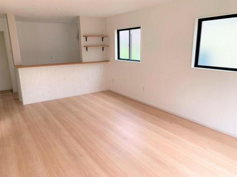同仕様写真(内観) 【同仕様写真リビング】家族の集うLDKは、明るい木目やクロスで部屋をよりひろくゆとりある空間に。