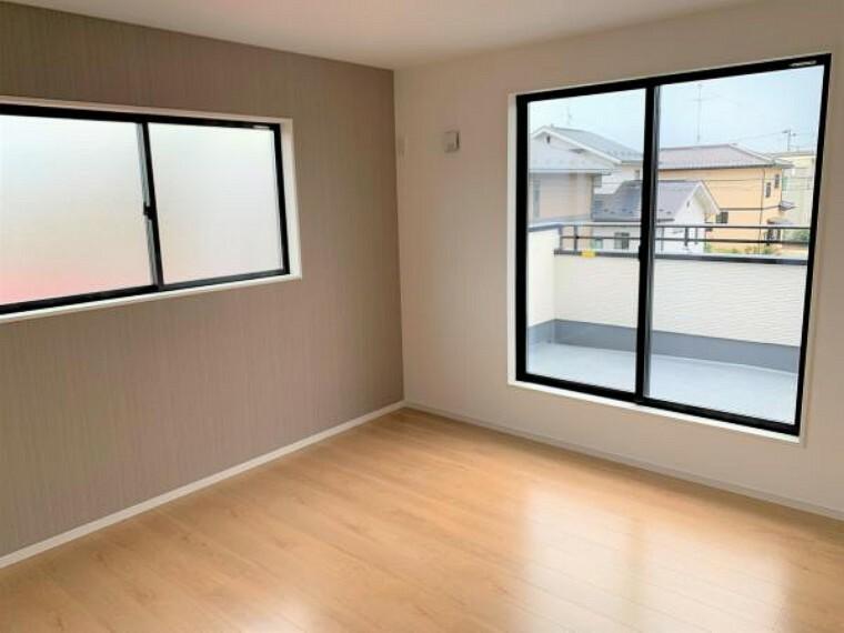 同仕様写真(内観) 【同仕様写真・洋室】大きな窓から穏やかな日差しと爽やかな風の通り抜ける洋室。