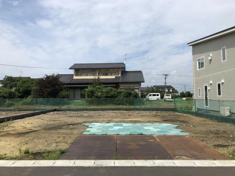 現況外観写真 駐車スペース2台駐車可能!庭も広く、お子さんの時間やアウトドアも楽しめますね!(8月30日撮影写真)