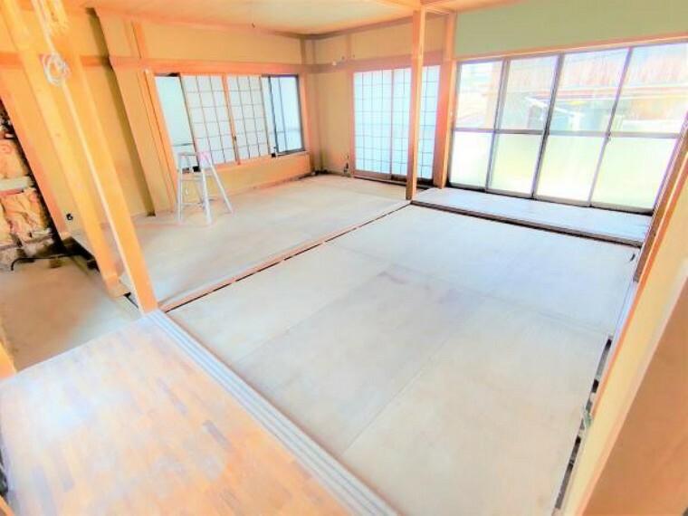 洋室 【リフォーム中】2階は和室を洋室に間取り変更します。壁・天井はクロス張り、床はフローリング張りにします。各居室にはクローゼットを新設しますので収納には困りませんね。