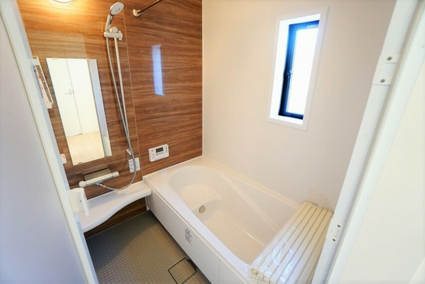 浴室 「同仕様写真」1日の疲れを癒すくつろぎのバスルーム^^足を伸ばしてもゆったりと入れるサイズです^^お湯はりもボタンひとつでらくらくです(^^)/