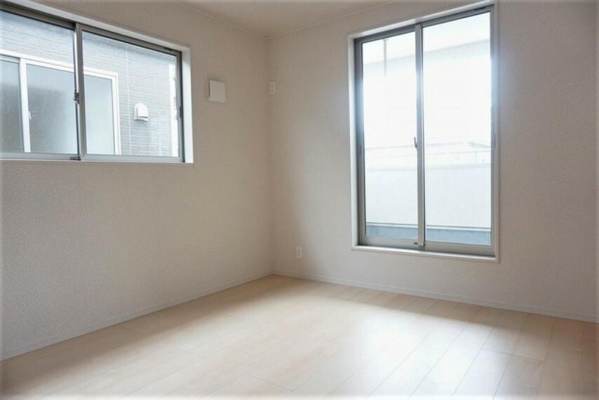 洋室 「同仕様写真」2面採光を確保した明るい室内は、風通しも良く、大変居心地の良い空間となっております^^爽やかな風を感じて起きる朝は、快適生活の始まりに^^