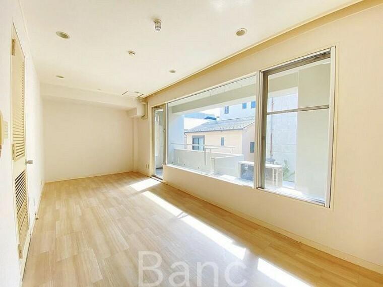 居間・リビング 大きな窓は風通しも良好です。人にも家にも健康的です
