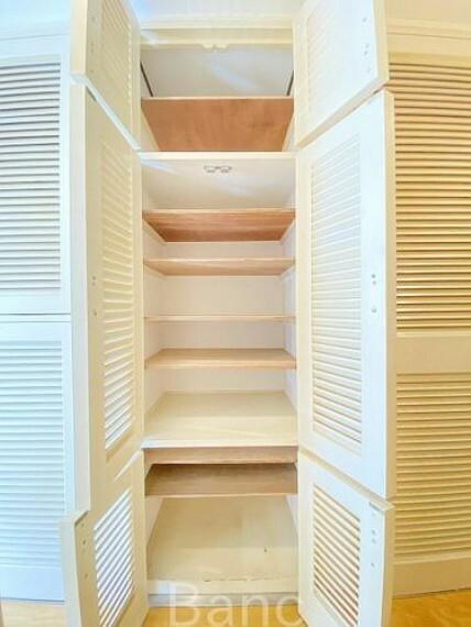 収納 季節の靴や小物を収納でき、お部屋の中がスッキリ。タンスなどが要らないので、室内が広く使えますね!