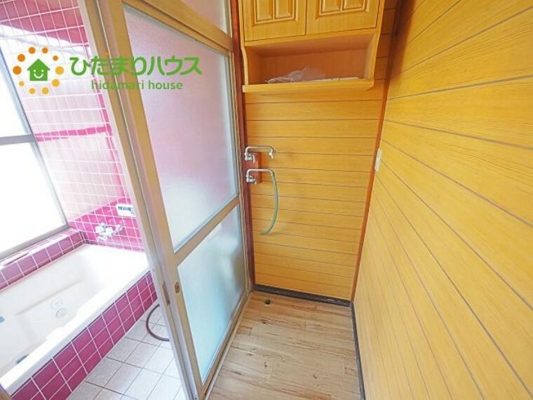 脱衣場 洗濯機置き場&脱衣所 洗剤などを収納できるスペース有!