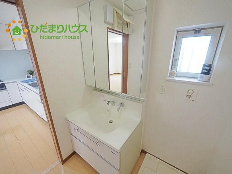洗面化粧台 3面鏡の高級ドレッサーです (^O^)