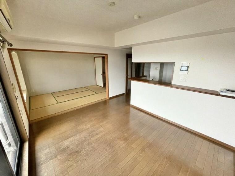 居間・リビング リビングの隣は和室です 来客時にも使いやすいですね