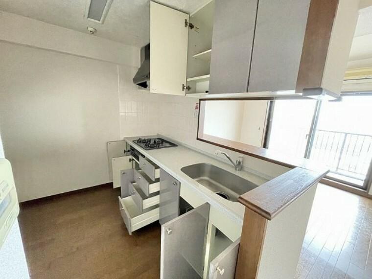 キッチン 収納が豊富な対面式キッチンです
