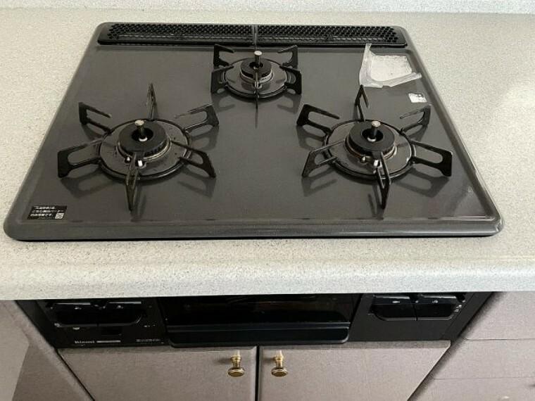 キッチン 3口コンロなので、忙しい時の調理に便利ですね