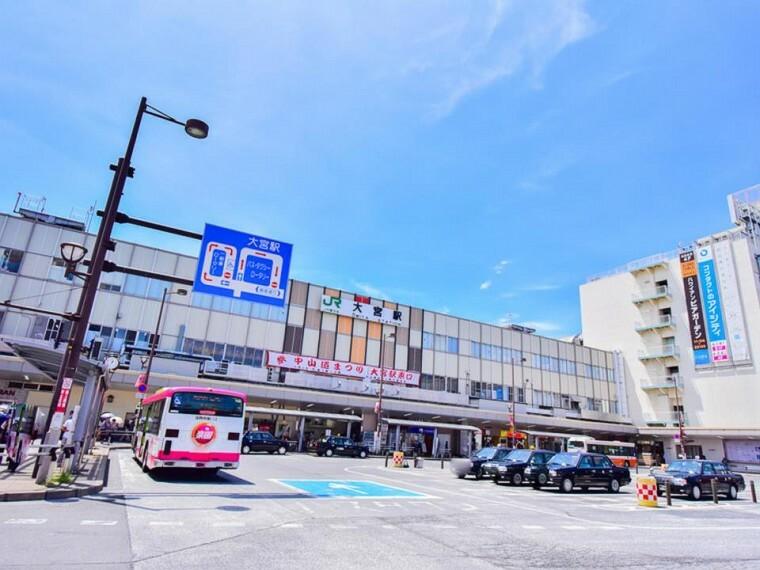 JR大宮駅(JRは新幹線、在来線ともに東京と東北地方・信越地方を結ぶ路線に位置します。東武アーバンパークラインや埼玉新都心交通・伊奈線の路線を合わせると14の路線が入る埼玉県最大のターミナル駅です。)