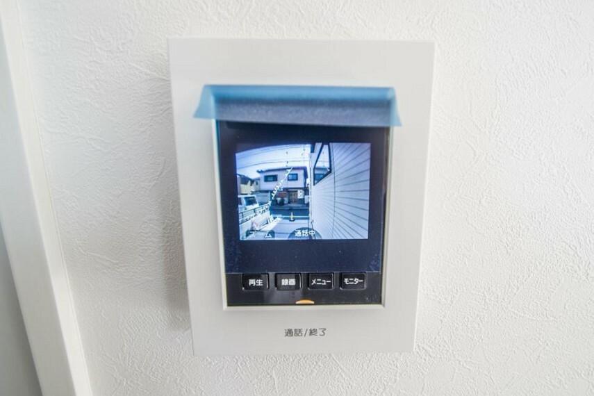 防犯設備 【TVモニター付インターホン】 来訪者の様子を室内TVモニターでチェック。対応したくないセールスを断りやすく、子どもに留守番をさせるときも安心。不在時の来訪者を録画でき、犯罪抑止効果も期待できます。