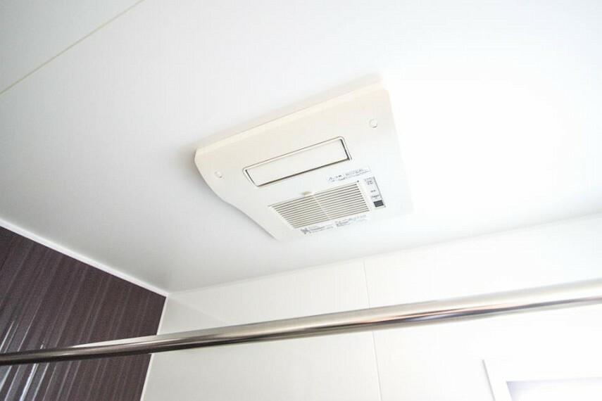 冷暖房・空調設備 【浴室乾燥機】 冬場にはヒヤッとしないように暖房機能、梅雨の時期には乾燥等、機能的で清潔感溢れる浴室。快適・清潔な空間で心も体もオフになる時間を楽しむことが可能です。