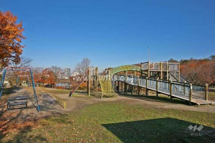 公園 名古屋市天白区の中央部分に位置する、総合公園です。1990年に開園しました。総面積26.5ヘクタールのとても広い公園で、園内には神社や池、大型遊具、バーベキューコーナーなどがあります。