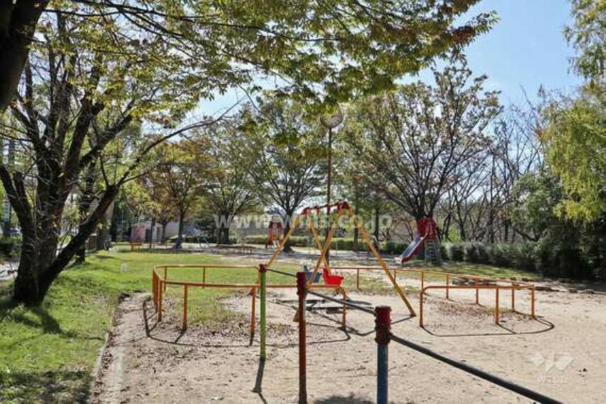 公園 公園の名前にもなっている「堀口池」が中央にあり、その西側と東側の2箇所に遊具広場があります。ウォーキングコースが池の周囲にあり、春には桜の花が咲きます。