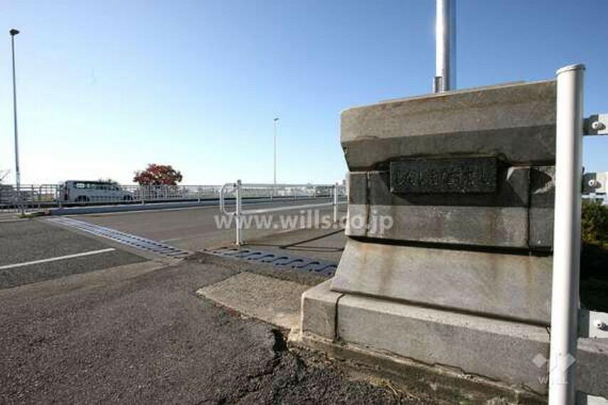 周辺の街並み 愛知県日進市から名古屋市を西に流れる、二級水系「天白川」の本流で、流域面積は119平方キロメートルあります。堤防には緑道も整備されており、お散歩コースにも最適です。