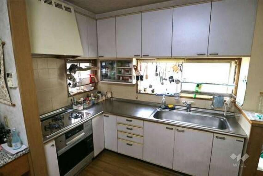 キッチン キッチンは上部と下部に棚が付いており、収納スペースが十分に確保されています。窓も付いていて換気しやすそうですね。L字の広い作りになっていますので、調理スペースも広くございます。
