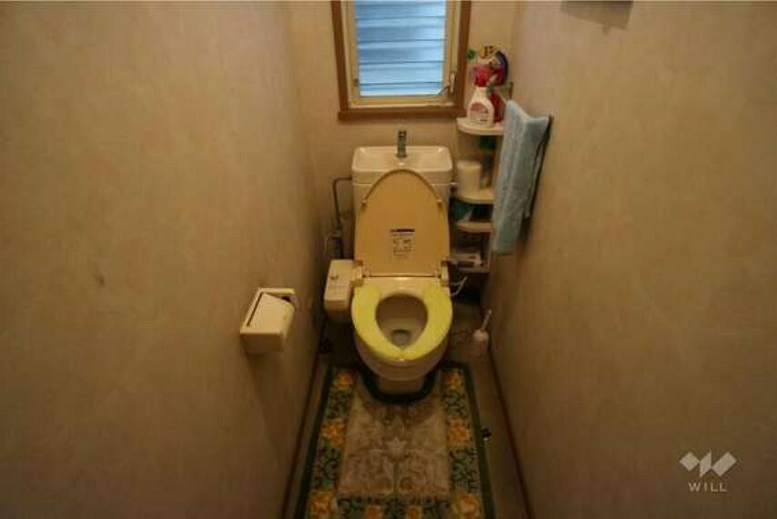 トイレ 1階トイレ。温水洗浄便座つきなので清潔を保てます。1階と計2つトイレがございますので、家族で暮らしてもタイミングが合わないということも少なくなりそうです。