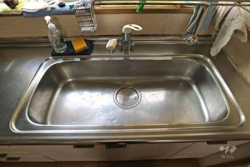 キッチン シンクは通常のサイズよりかなり広く作られており、洗い物もしやすい設計になっています。家事がはかどりそうですね。