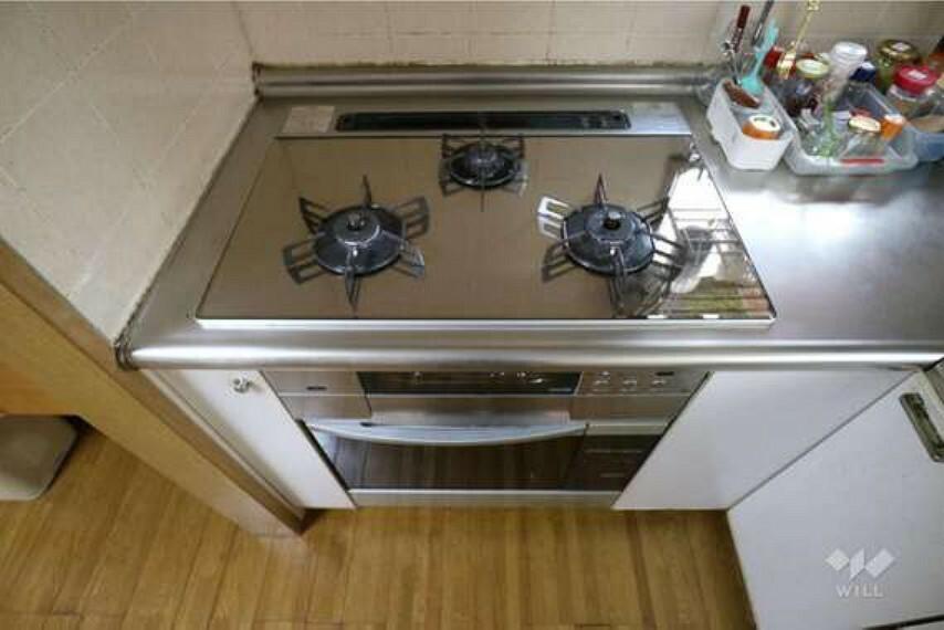 キッチン コンロは3つ口ですので、同時調理が可能です。また、魚焼き機の下にはオーブンが付いており、非常に珍しい器具が備わっています。お料理も楽しめそうですね。