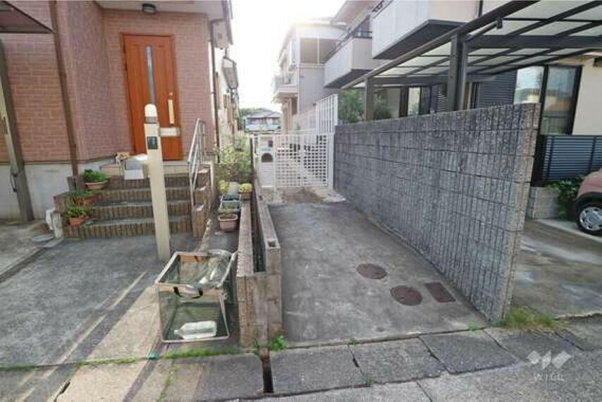 外観写真 物件の入口には専用通路がございます。専用通路が長く作られていますので、通行人から家の中を覗かれるといった心配も少なそうですね。