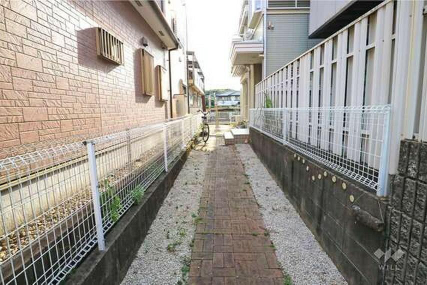 玄関 物件の玄関玄関アプローチです。自転車やバイクなど、二輪車をこちらに止めておくことができそうですね。先ある庭へと続きます。