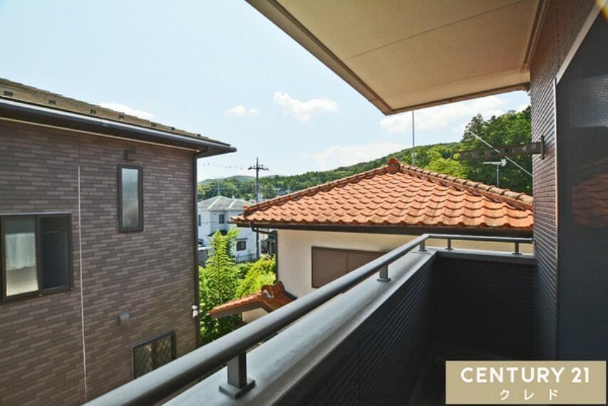 眺望 視界を遮る高さの建物がなく開放的な印象を与えてくれます!家事やお仕事、お勉強の合間に気分転換ができる素敵なスペースです!