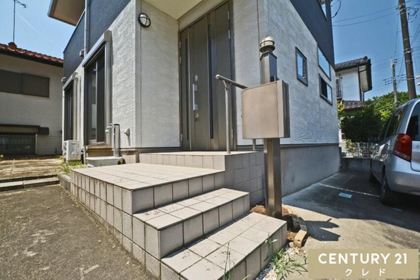玄関 玄関の写真になります。ポスト・インターホン一体型の門柱があるので、来客時に家と外との心理的な境界線としての役割が出来ます。