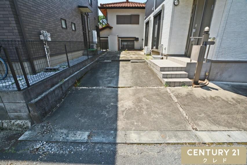 駐車場 車2台駐車可能!※車種による。コンクリートでしっかり固められているので、地面がぐずつかず雨の時の車の乗り降りもラクチンです。