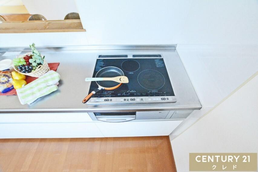 キッチン (IHクッキングヒーター) お手入れラクチン!調理後はサッと一拭きするだけで、汚れを落とせます!火の消し忘れの心配もなく安心ですね。