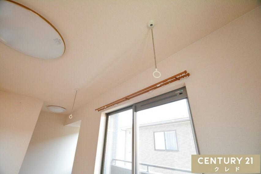 専用部・室内写真 (ホルスクリーン) 物干し竿を通して室内で洗濯物が干せます。使わない時は取り外してしまっておけるので、家がスッキリします!