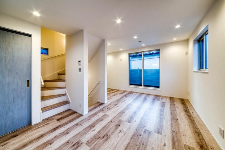 外観・現況 【施工例】 白をベースカラーにまとめられた明るく開放感のあるリビング。 大ぶりな木目が印象的なホワイトオークの床材をあわせることで、ナチュラルであたたかみのあるコーディネートに。