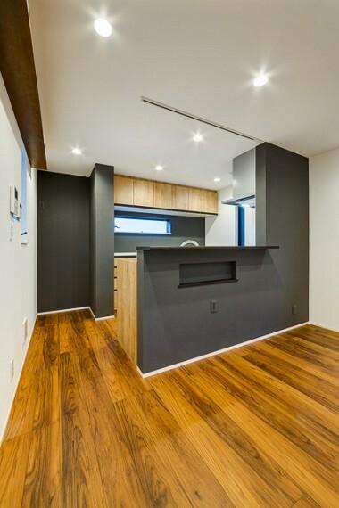 外観・現況 【施工例】 開放感のある対面式のキッチン。お料理をしながらもご家族の顔が見え、つながりを感じる事のできるレイアウト。 ダイニング側のカウンター下にはちょっとした小物が置けるニッチを。