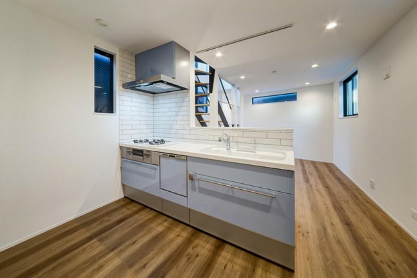 外観・現況 【施工例】 アイボリーのレンガ調の壁が印象的なキッチン。 落ち着いた色味でも存在感があり、広々とした空間へのアクセントに。