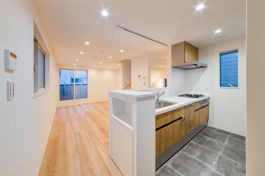 外観・現況 【施工例】 キッチン部分だけクールな印象のタイルで床材をはり分けたLDK キッチン脇にはニッチを設置。ニッチ下も棚になっており調味料などを隠して整理できます。