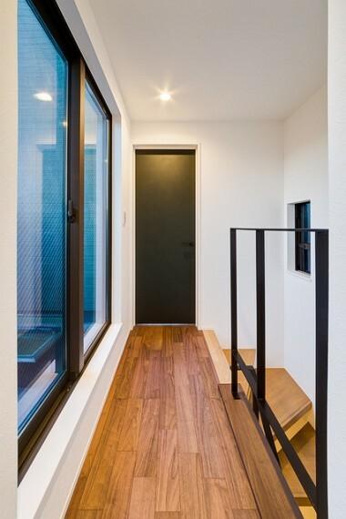 外観・現況 【施工例】 開放感のあるアイアン手すりは、大きな窓から差し込む光を遮らずお家全体が明るくなります。