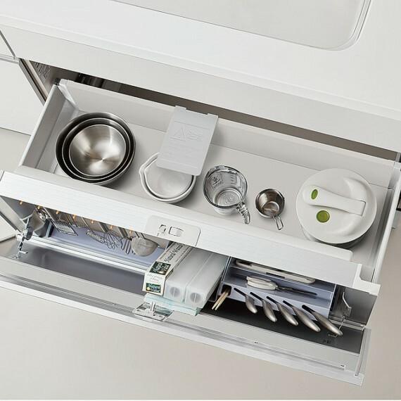 外観・現況 【参考プラン適用設備 キッチン収納】 調理器具が多くても、ひと目で何がどこにあるのかわかる仕様。 片付けが苦手な方にも優しいキッチン収納です。