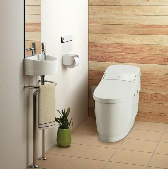 外観・現況 【参考プラン適用設備 トイレ】 継ぎ目をなくした便座とフチを丸ごとなくし、 サッとひと拭きできるフチレス形状のお掃除ラクラクの温水洗浄トイレです。