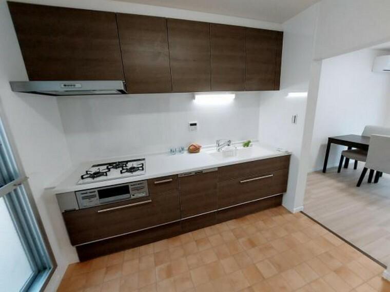 キッチン キッチン横にはサービスバルコニーがありゴミ箱などを置いておけます。