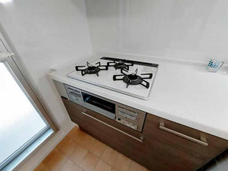 キッチン 3口コンロはガラストップでお掃除しやすいですね。