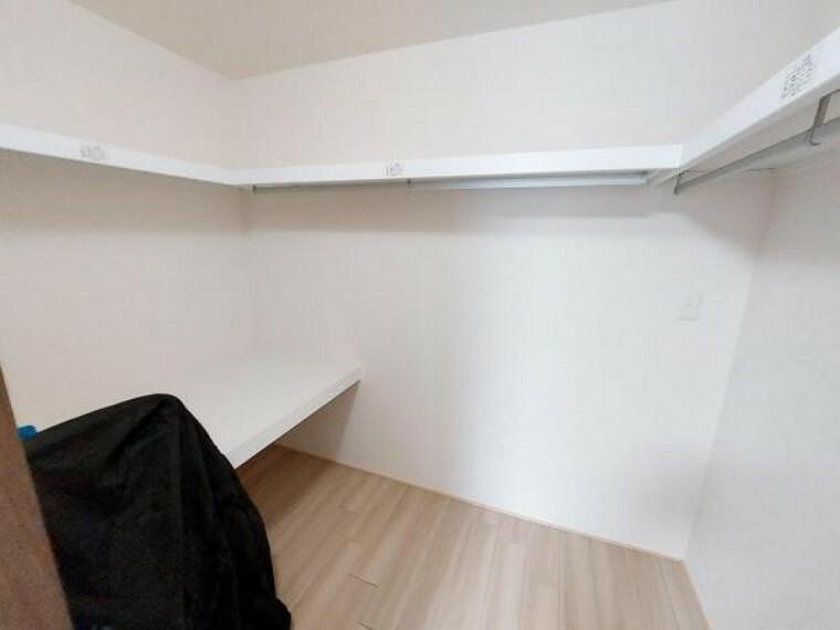 収納 沢山収納できるウォークインクローゼット。棚もあり整理しやすいですね。