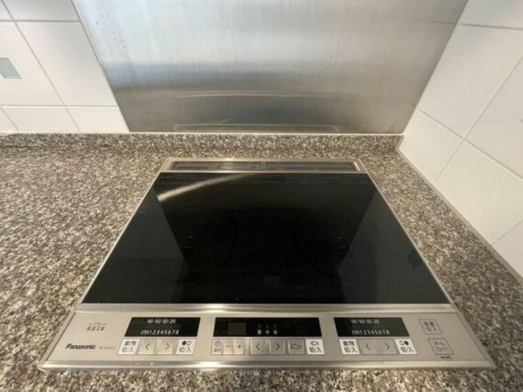 キッチン ガスコンロに比べて、サッと掃除ができるお手入れ簡単なIHクッキングヒーター。