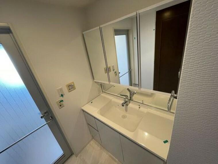 洗面化粧台 三面鏡化粧台。鏡裏には必要な物がきちんと収まる収納スペースを確保しています。