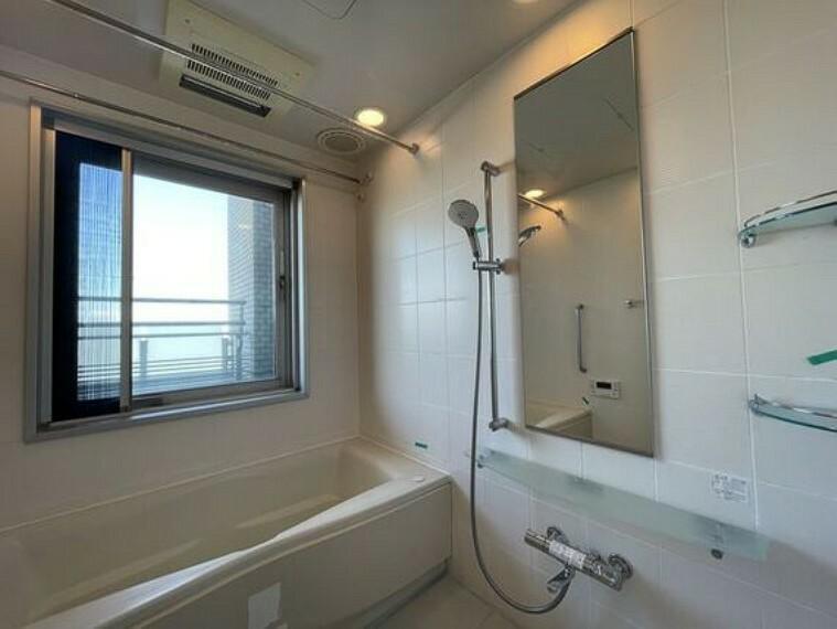 浴室 お風呂には窓があり明るく清潔な空間へ。浴槽も洗い場も広く、毎日の疲れを取る癒しのバスルームです。