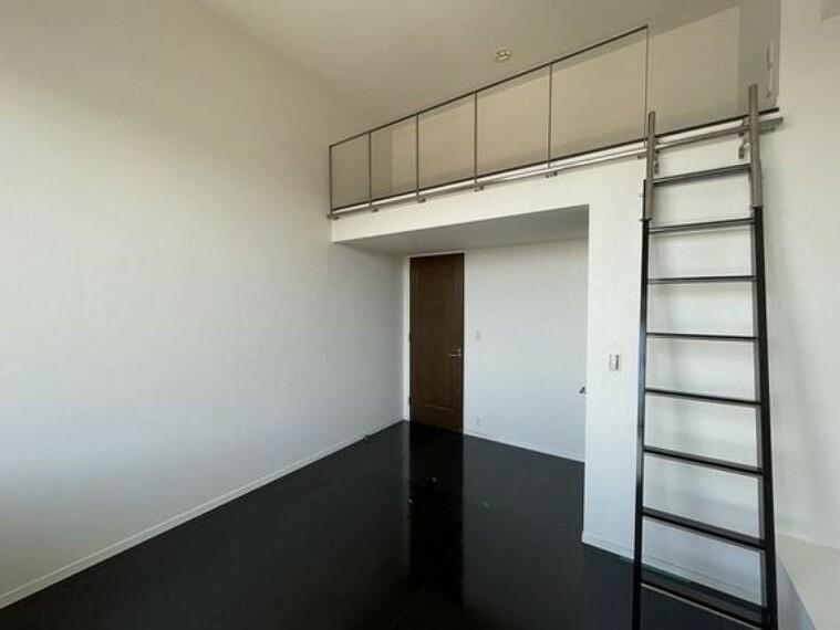 寝室 高級感と重厚感が漂うダークな色のフローリングは、空間を引き締めてくれる効果があります。