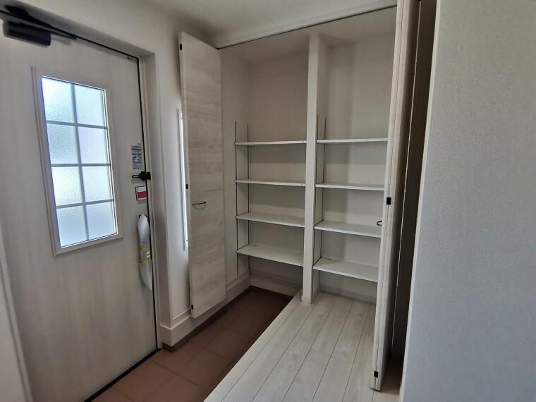 玄関 家族全員分も余裕を持って収納できるスペースをご用意しております